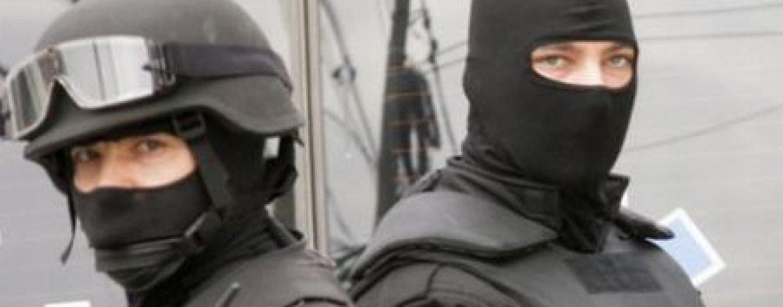 Studenți și profesori de la universități luați pe sus de către mascați, în Arad