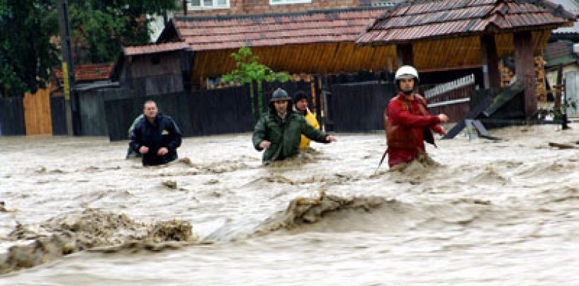 Inundaţii: 8000 de oameni izolaţi, 2000 de hectare de teren acoperite de apă. Codul portocaliu se menţine în 17 judeţe