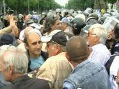 Revolutionarii protesteaza in fata guvernului