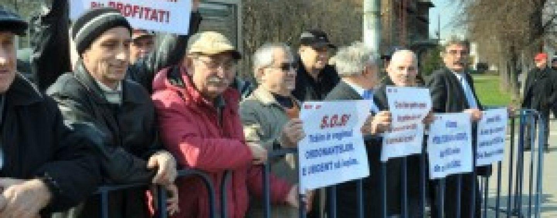 Rrevolutionarii protestează la sediul guvernului.  Doi protestatari in greva foamei