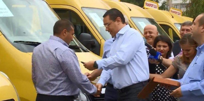Premierul Victor Ponta a inmanat personal 10 microbuze pentru scolile din judetul Satu Mare