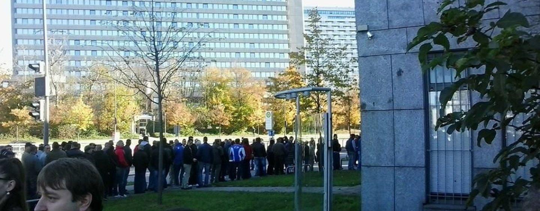 FOTO! Sute de oameni stau la coadă în DIASPORĂ pentru a-şi exprima opţiunea de vot