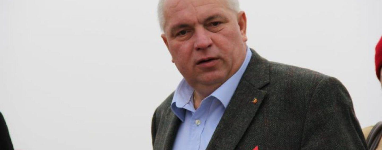 Nicuşor Constantinescu a fost ridicat de poliţişti direct din avion