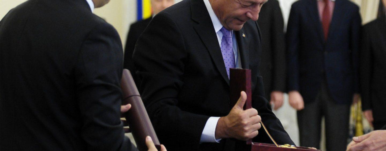 Afacere de familie. Traian Basescu si-a decorat medicul personal