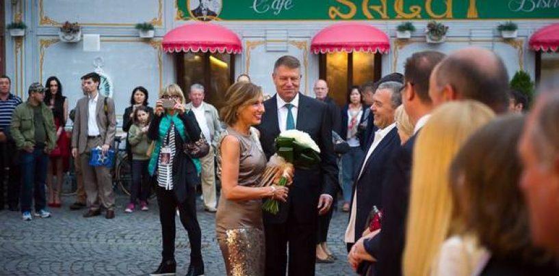 Cum isi rasplatesc prietenii politici, urmasii lui Klaus Iohannis.  Cine sunt abonatii la agenda culturala a Sibiului pe 2015