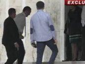 Premierul Victor Ponta s-a intors la munca. In carje. Nimeni nu se astepta sa revina astazi din Turcia