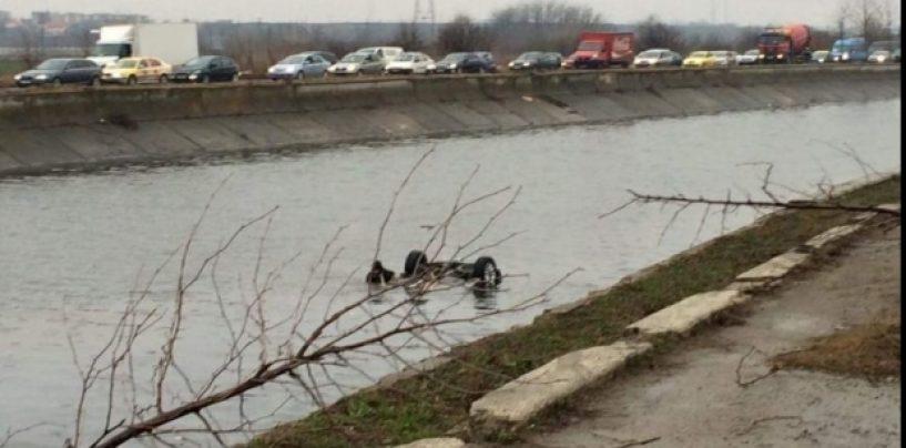 Gest rarisim. Un tânăr a sărit în apele Dâmboviţei încercând să salveze o familie de la moarte