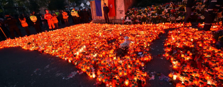 Zeci de persoane, în faţa Clubului Colectiv, pentru a comemora 4 luni de la tragedie