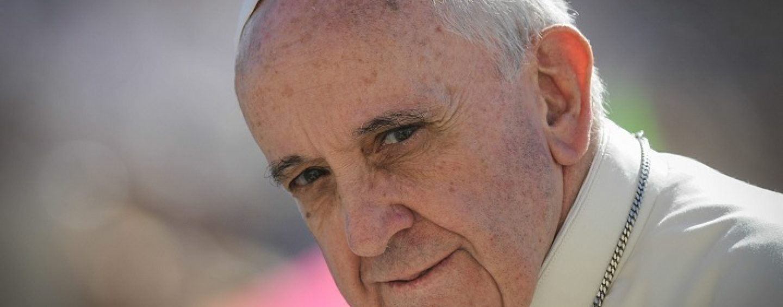 Papa Francisc, în dificultate. Suveranul Pontif, deranjat de o persoană care l-a îmbrăţişat prea puternic