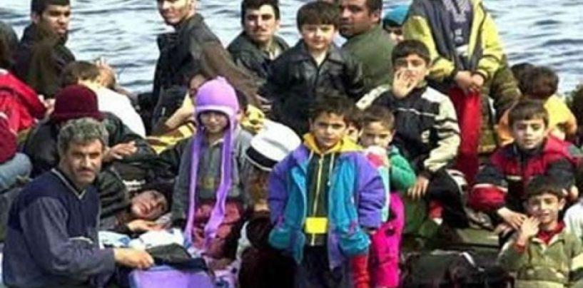 Cum sunt întâmpinaţi imigranţii. Gărzile de coastă turce loveau cu beţe o ambarcaţiune, în Mareea Egee