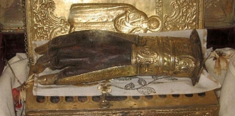 Preoţii români acuzaţi că ar fi furat mâna Sfântului Haralambie, declaraţi nevinovaţi de instanţă