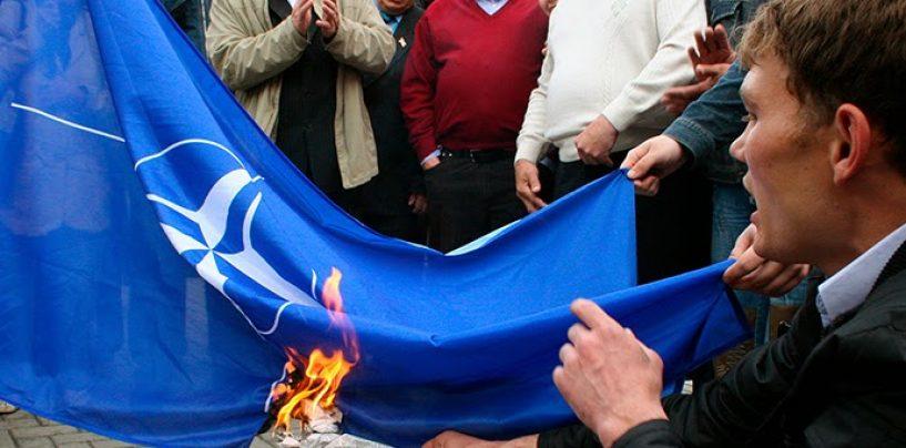 Steagurile NATO şi UE, arse la Belgrad de ultranaţionalistul sârb Vojislav Seselj