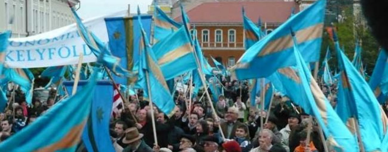 Prefectul Harghitei cere în instanţă abrogarea deciziei CJ prin care steagul secuiesc a devenit steag al judeţului