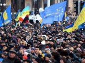 Tensiuni. Ambasada Rusiei la Kiev, atacată cu pietre, petarde şi ouă, de sute de ucraineni