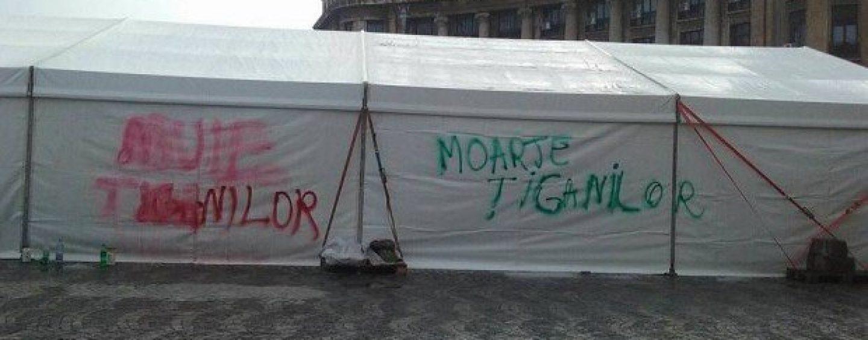 Mesaje anti-ţigăneşti pe un cort, la Universitate, unde se sărbătoarea Ziua Romilor