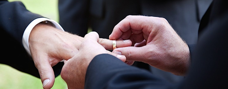 Țara piere, baba se piaptănă! CCR decide astăzi dacă statul român poate recunoaște căsătoriile homosexuale