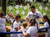 O zi speciala la Centrul de copii din Valenii de Munte. Mihai Leu s-a jucat de-a boxul cu prichindeii