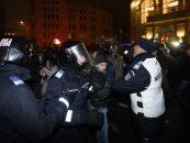 Protestele din București au degenerat în violențe. Ultrașii galeriilor de fotbal se războiesc cu jandarmii