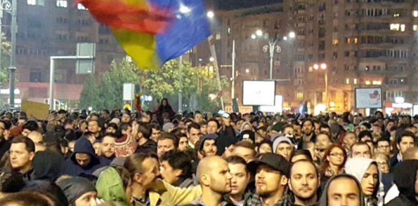 Protest spontan în Piața Victoriei. Se forțează intrarea în clădirea Guvernului