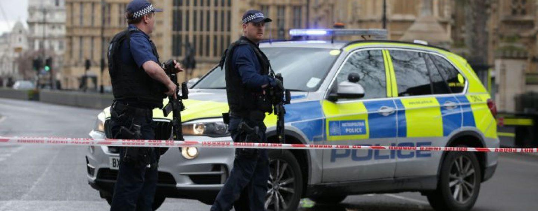 Posibile atacuri teroriste la Londra. O mașină a intrat în gardul Palatului Westminster. Update: 3 morți și 12 răniți