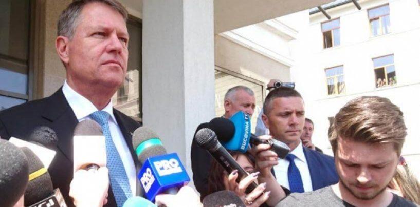 Un moment inedit! Minoritarul Klaus Iohannis-cu steagul Romaniei, minoritarii unguri-cu steagul Tinutului Secuiesc