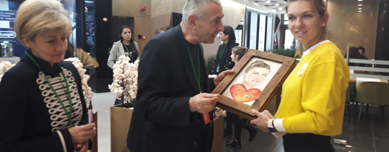 Simona Halep a fost îconjurată de fani la ieșirea din restaurant. A primit un cadou inedit!