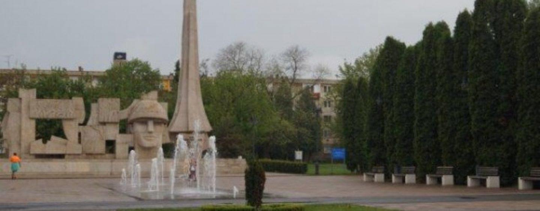 Provocările de la Carei, orașul eliberării Ardealului. Monumentul Ostașului Român, acoperit total de brazi