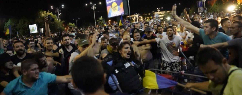Imaginea mitingului diasporei: o femeie jandarm, bătută de protestatari. Are coloana fracturată