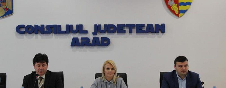 Curat murdar! Șefii CJ Arad se apără în instanță pe banii publici
