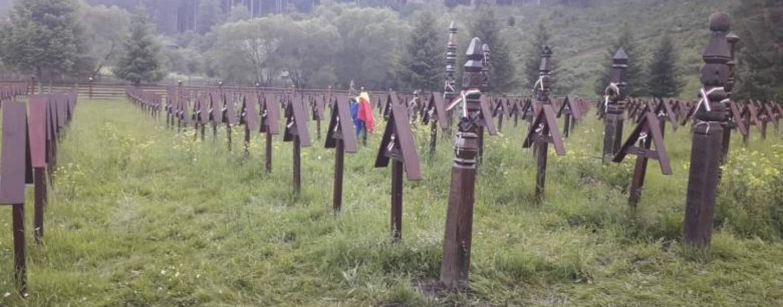 S-a clarificat situația de la Valea Uzului: Primăria Sânmartin a amplasat ilegal crucile, cu finanțare din Ungaria