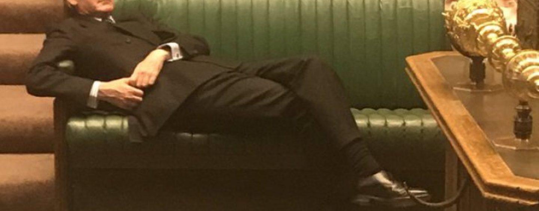 Somnul națiunii engleze naște Brexitul. Un deputat doarme în plenul Camerei Comunelor