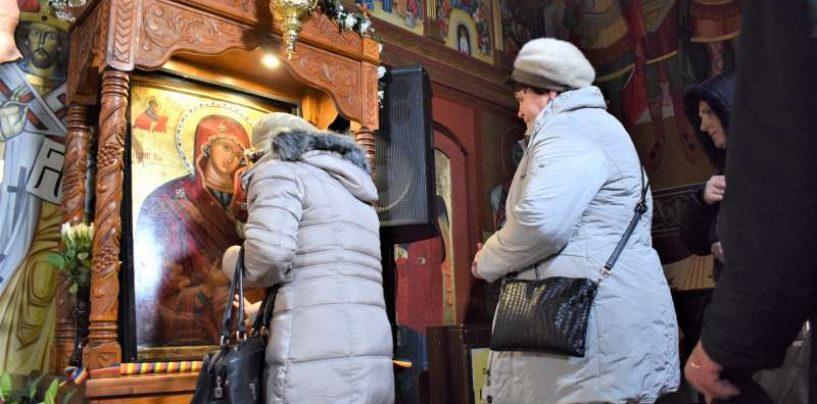 Îndemnul Bisericii către credincioși, din cauza coronaviruslui: Nu mai pupați icoanele