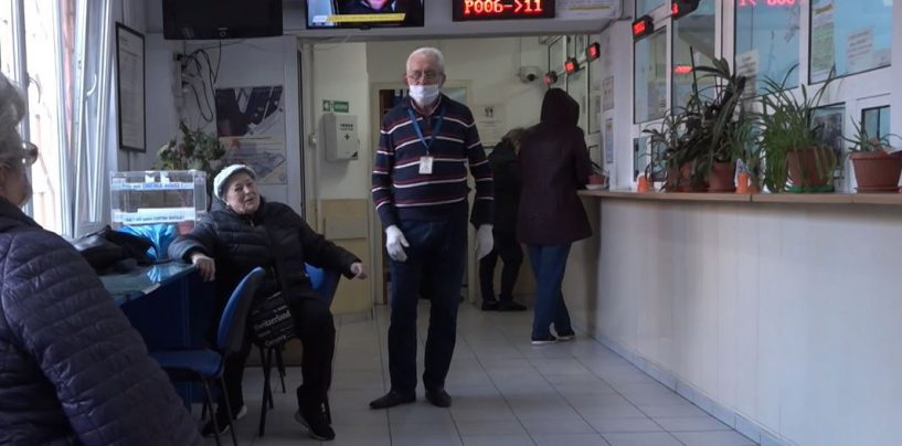 Măsură extremă: Toți bătrânii, băgați în carantină acasă