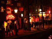 Cum să uităm de coronavirus!? Cozi imense pentru droguri în Cartierul Roșu din Amsterdam