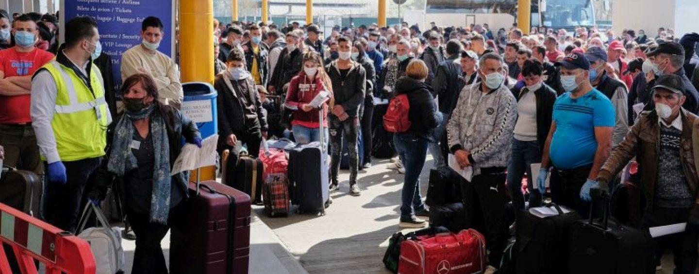 Bătaie de joc! Iohannis știe de ce! Mii de români trimiși la muncă în Germania, infestată de coronavirus.