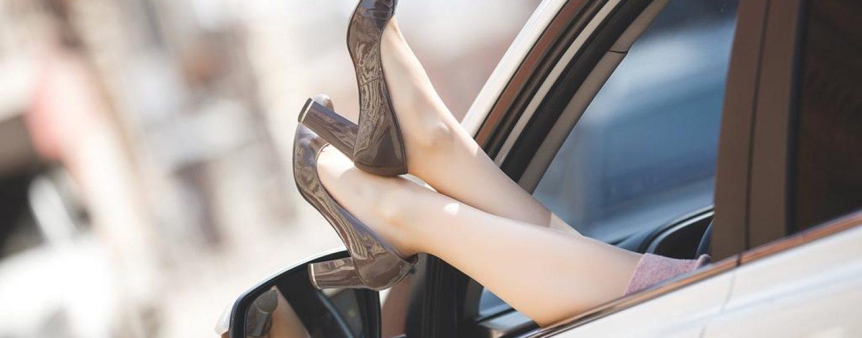 Nu știi cu ce să te încalți când conduci vara? Iată 3 tipuri de încălțăminte pe care este bine să le eviți!