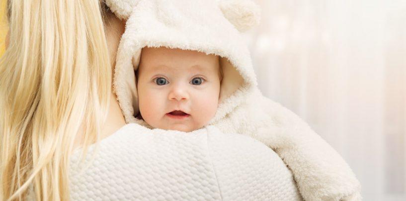 Stiai ca mamicile prefera sa isi imbrace gros bebelusii indiferent de anotimp? Descopera AICI de ce!