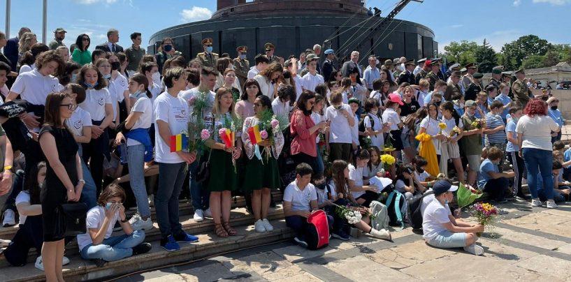Ca-n vremurile de tristă amintire! Zeci de copii, ținuți în soare de dragul lui Iohannis