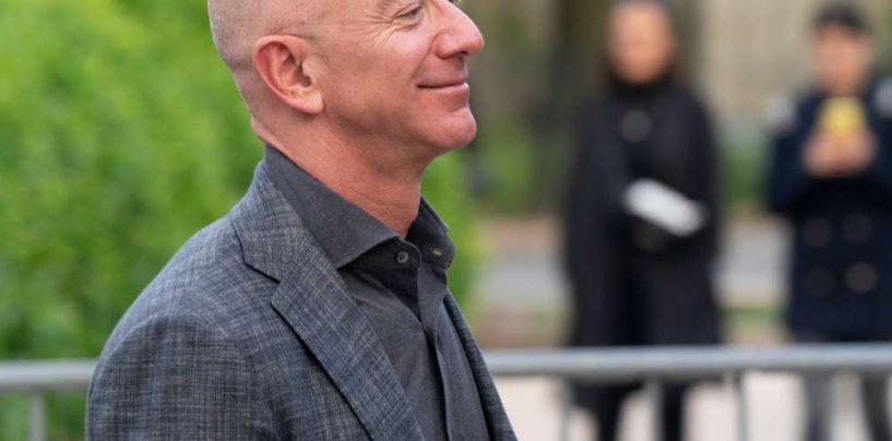 Miliardarul fondator de la Amazon, Jeff Bezos, va zbura în spațiu luna viitoare