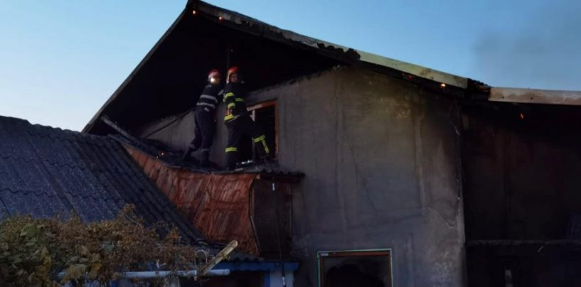 Opt persoane s-au autoevacuat dintr-o casă de vacanţă cuprinsă de flăcări de la Jurilovca