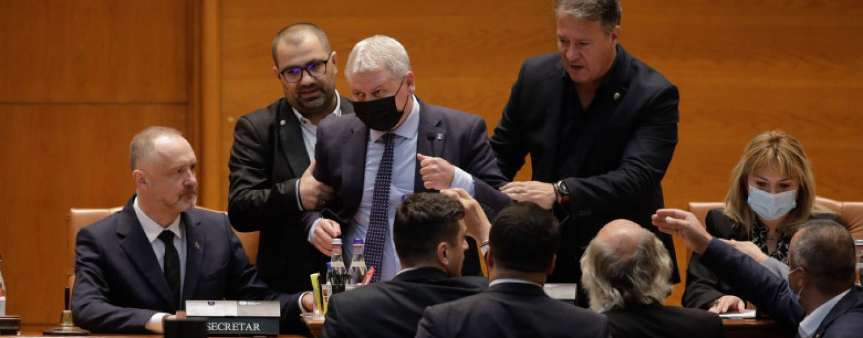 De tot râsul, în Parlamentul României. Liberalul Florin Roman, săltat cu forță pentru că boicota lucrările din plen