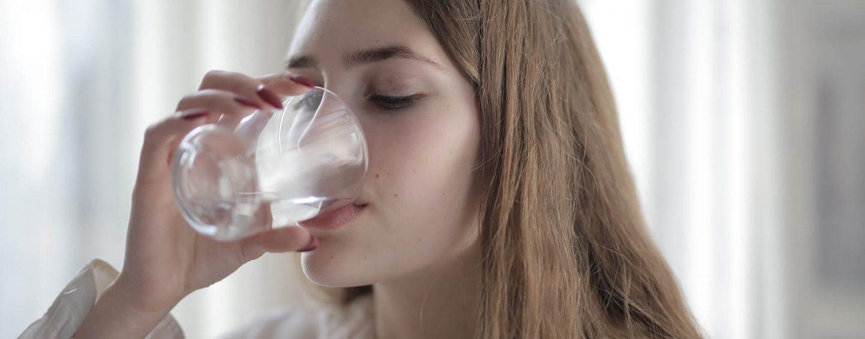 Tu știi cum să te hidratezi? 5 motive pentru care bei apă într-un mod incorect